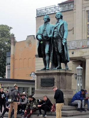 Dienstag: Schiller - Göthe Denkmal am Theaterplatz in Weimar