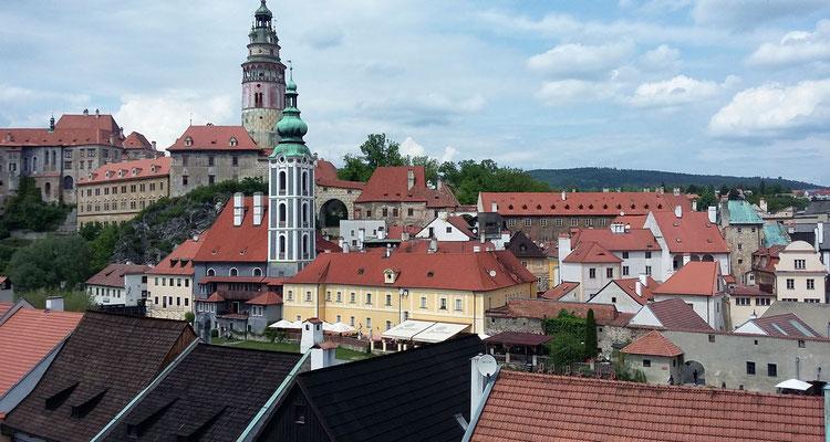 Montag: Blick über Krumau, eine unter Denkmalschutz stehende Stadt in Tschechien