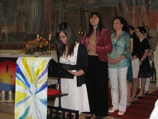 Die Fürbitten werden von vier Firmlingen, einer Firmbegleiterin, einer Mutter und einer Patin vorgetragen.