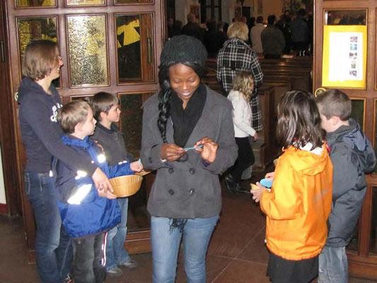 Vorstellung der Erstkommunionskinder 2011: Am Ende der Messe teilten die Kinder Wassertropfen aus mit der Bitte um das Gebet für sie.