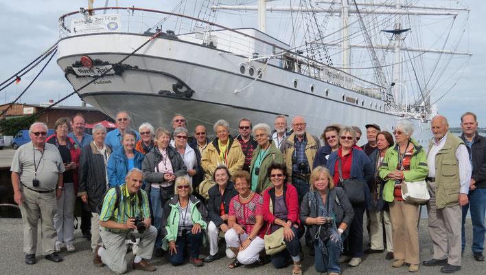 Montag: Gruppenfoto vor einer alten Segelyacht in Stralsund auf der Insel Rügen.