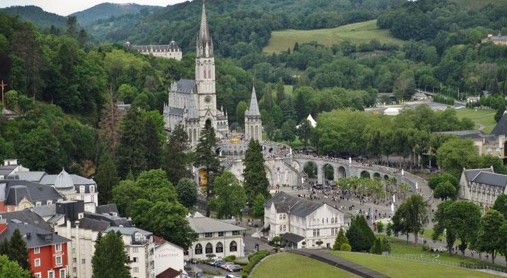Sonntag: Lourdes, Blick von der höher gelegenen Burg auf die Stadt