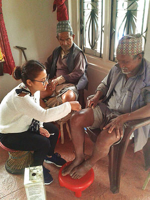 Unterstütztes Projekt Acupuncture Relief Project Nepal Medizinische Erstversorgung Patienten und Übersetzerin