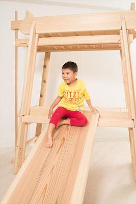 ブレキエーションの滑り台で遊ぶ子ども