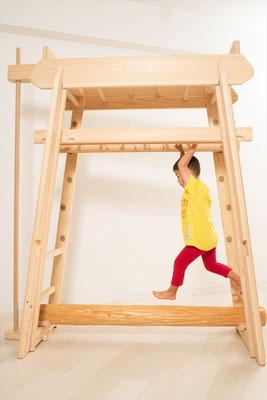 ブレキエーションの雲梯で遊ぶ子ども