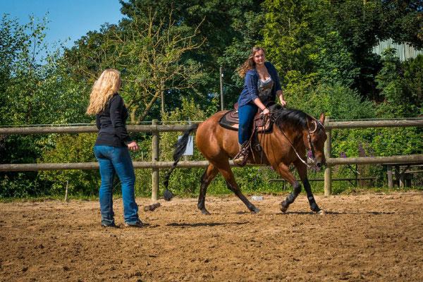 Reitschülerin Charlotte mit ihrem Pferd Doc