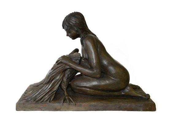 6  Junge Frau mit Geier  2010  97x46x68cm   Gips/Acryl patiniert   Verkauf nur in Bronze