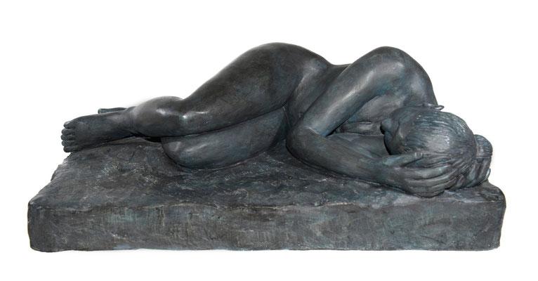 7 Liegende  2010  77x45x30cm  Gips/Acryl patiniert   Verkauf nur in Bronze