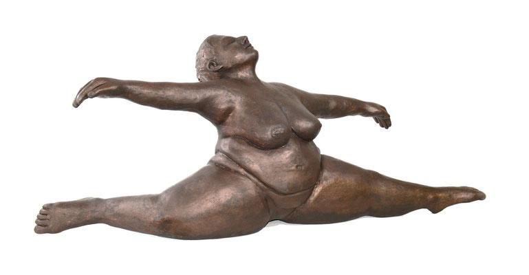 34  Frau im Spagat  2014  104x31x44cm   Gips/Acryl patiniert   Verkauf nur in Bronze