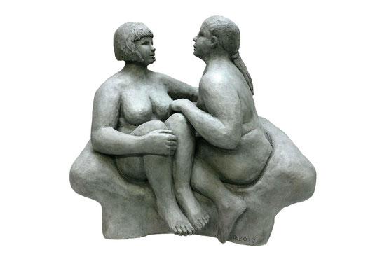 19  Zwei Frauen  2012   57x44x51cm  Gips/Acryl patiniert   Verkauf nur in Bronze