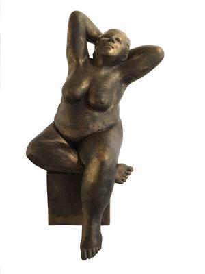 41  Sitzende auf Quader  2017  21x28x42 cm    Gips/Acryl patiniert    Verkauf nur in Bronze