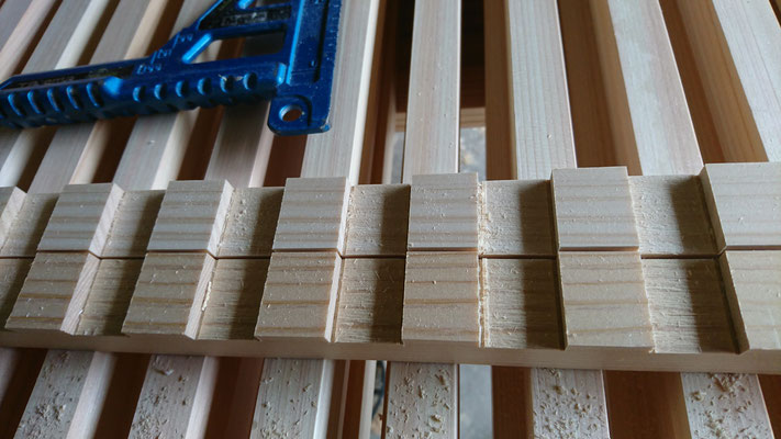 公募型木のまちづくり推進事業_府産材桧畳寄せで格子刻み中
