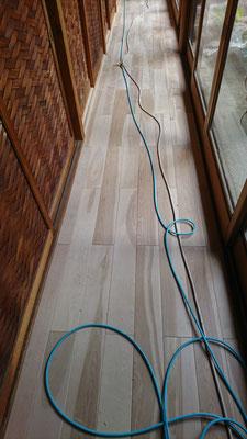 網代建具の並ぶ縁側で使用した樺の無垢板