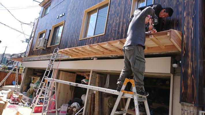 公募型木のまちづくり推進事業_府産材北山杉垂木で庇造作取付中