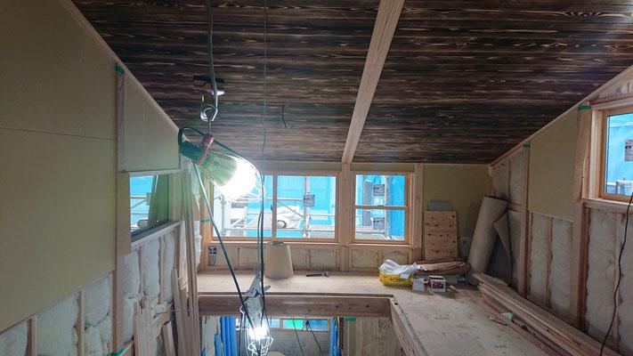 緑の木まち拡大事業:新築物件_木工事:吹き抜け天井焼杉上小施工後