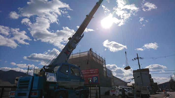 公募型木のまちづくり推進事業_京都北山丸太生産協同組合様より、屋上使用分府産材納品をレッカーにて屋上へ搬入
