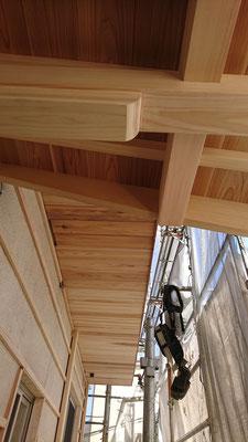 公募型木のまちづくり推進事業_府産材桧上小と杉上小で造作加工した軒裏施工後