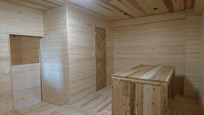 公募型木のまちづくり推進事業_府産材桧並板と杉目透し上小で仕上げたフリールーム
