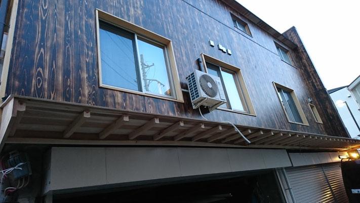 公募型木のまちづくり推進事業_府産材焼杉外壁と北山杉垂木庇
