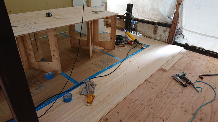 R元年公募型事業応募予定:改装物件_木工事:床板桧並施工中