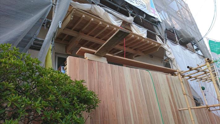 公募型木のまちづくり推進事業_府産材桧上小で造作加工した庇施工中