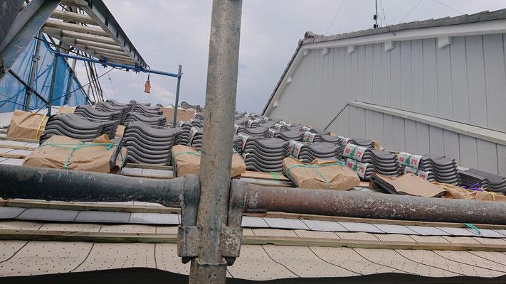 緑の木まち拡大事業:新築物件_屋根下地と瓦吹き準備中