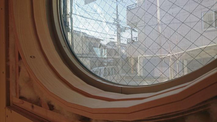 公公募型木のまちづくり事業_新築:丸窓枠を挽き曲げ31角で造作:伝統工芸松井氏作