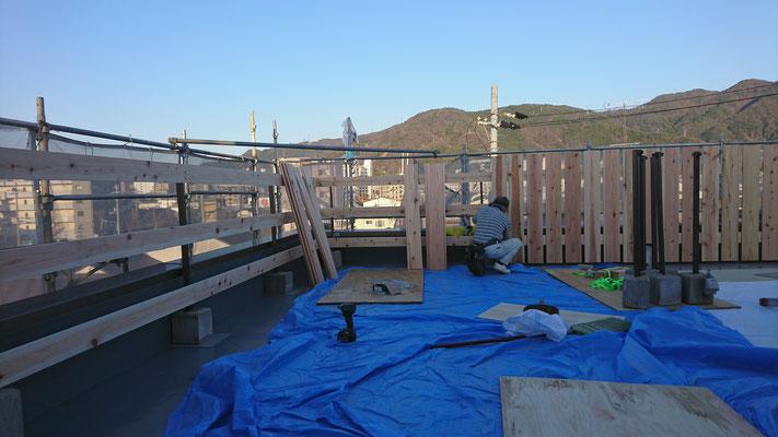 公募型木のまちづくり推進事業_府産材杉平板と桧帯板の手摺施工中