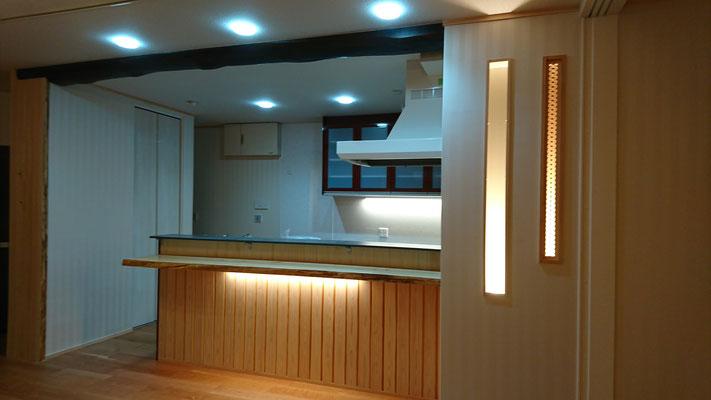G様邸改装工事_トクラスキッチン背面造作:桧一枚板カウンターとニッチ組子細工