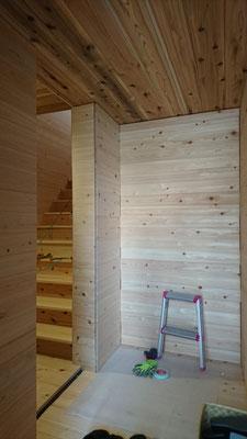 公募型木のまちづくり推進事業_桧並板と杉並板の玄関~桧上小の段板を入れた広い階段ホール