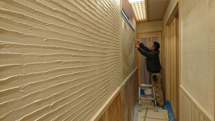 公募型木のまちづくり事業_新築:客室廊下デザイン左官壁施工中