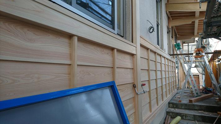 公募型木のまちづくり推進事業_府産材桧上小で造作加工した鎧貼り及び化粧板施工中