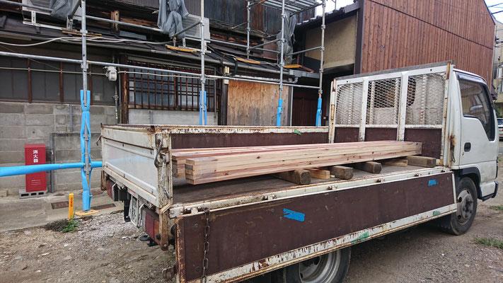 木もまちづくり事業_府産材桧の2F梁材搬入