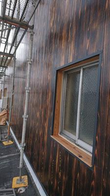 公募型木のまちづくり推進事業_府産材桧焼杉を自然塗料外部用オスモで3回目の仕上げ塗装~濡れ色の感じが又格別