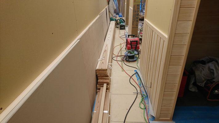 公募型木のまちづくり事業_新築:1F廊下北山杉腰板施工中