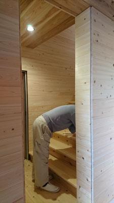 公募型木のまちづくり推進事業_桧上小の段板を入れた広い階段ホール廻り施工中