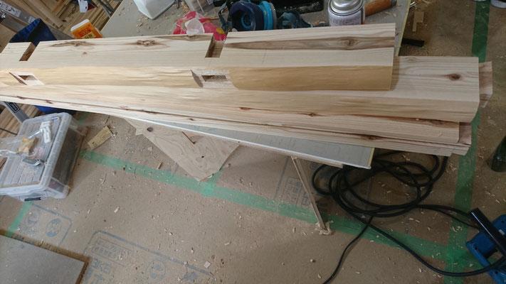 一枚板のテーブル足の北山杉垂木を刻み造作中