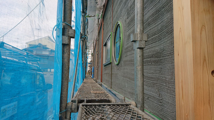 緑の木まち拡大事業:新築物件_左官工事:外壁漆喰下塗り