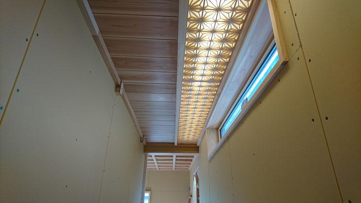 公募型木のまちづくり事業_新築:1F廊下灯りは組子細工仕上