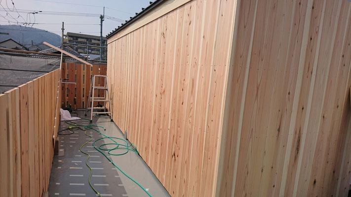 公募型木のまちづくり推進事業_府産材杉平板でCLT材保護外壁完成