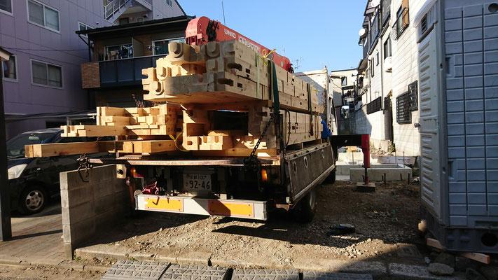 木のまちづくり事業_新築府産材土台搬入