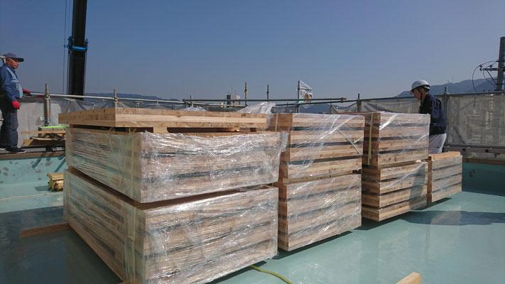 公募型木のまちづくり推進事業_レッカーにてCLTパネルの府産材搬入中