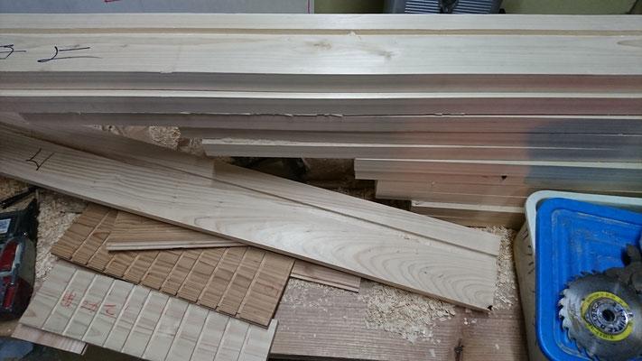 公募型木のまちづくり推進事業_桧上小で外部窓枠造作中