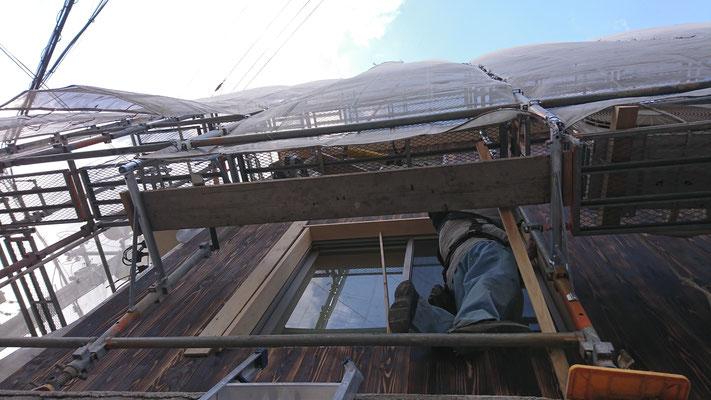 公募型木のまちづくり推進事業_桧上小で外部造作窓枠取付中