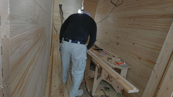 公募型木のまちづくり推進事業_府産材桧帯板で床板施工中