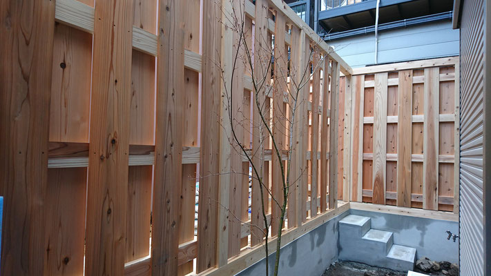 公募型木のまちづくり事業_新築:裏庭は杉板で綾目貼り