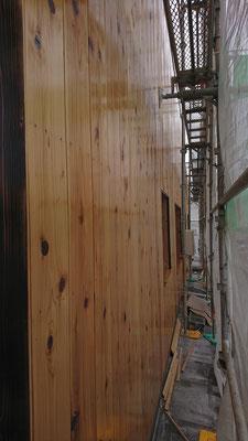 公募型木のまちづくり推進事業_府産材桧杉波板を自然塗料外部用オスモで3回仕上げ~濡れ色の感じが又格別