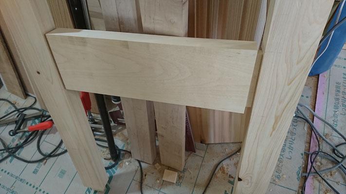 一枚板のテーブル足を北山杉垂木とタモにて刻み造作差込