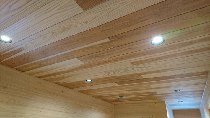 公募型木のまちづくり推進事業_府産材杉目透かし上小で仕上げたホール天井