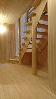 改装工事:府産材桧一枚板・天然絞り丸太の造作階段